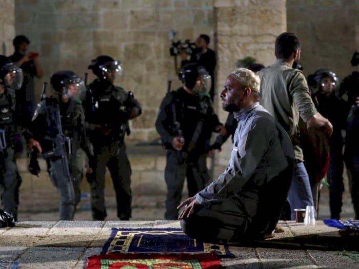 puluhan jamaah shalat tarawih mengalami luka luka setelah israel menyerang masjid al aqsa75 700